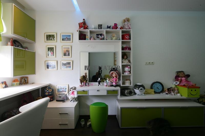 Полки в интерьере комнаты для девочки