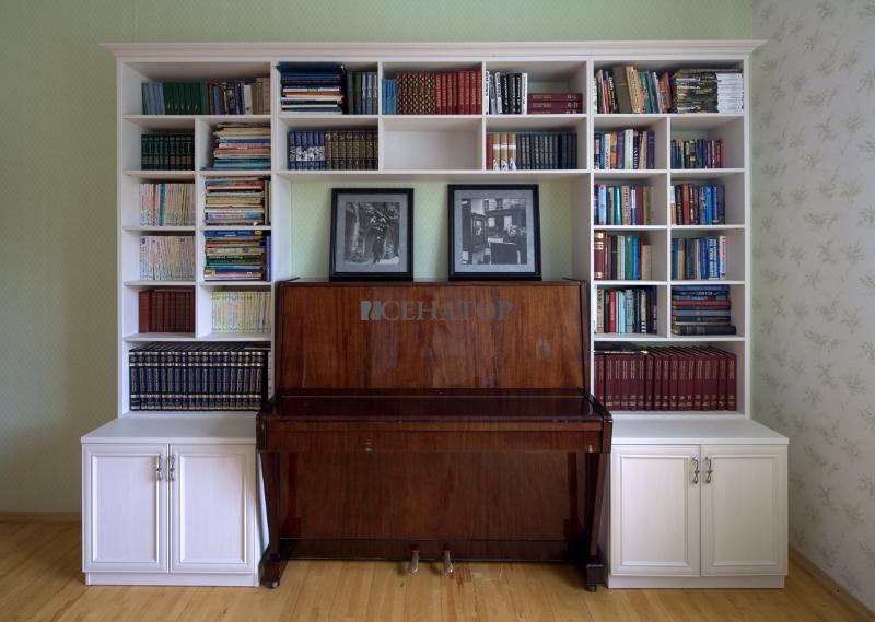 Фортепиано и книжный шкаф