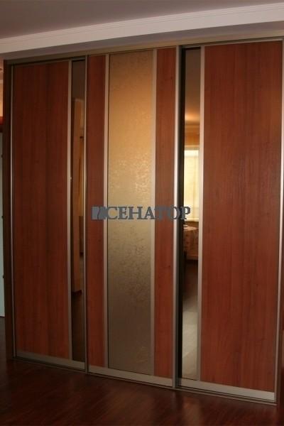 встроенный трехстворчатый шкаф-купе в гостиную с радиусными полками
