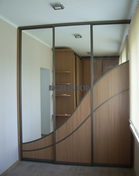 Зеркальный шкаф-купе на балконе