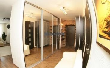 Трехстворчатый шкаф-купе в прихожей с зеркальными створками