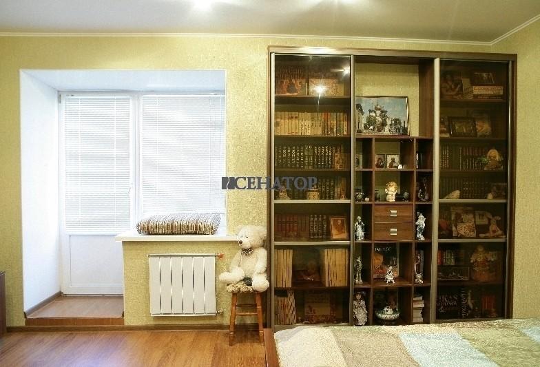 встроенный книжный шкаф для домашней библиотеки