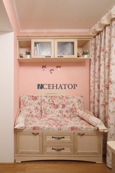 Полки и детская кровать с ящиками