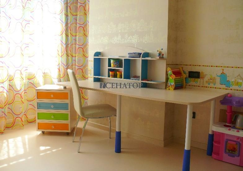 стол на регулируемых металлических ножках в детскую комнату