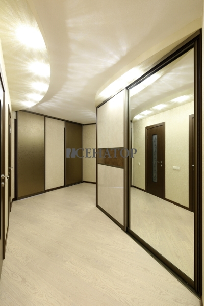 шкаф-купе и двери-купе в коридоре в едином стиле