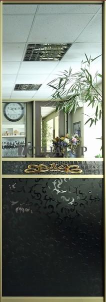 Дверь-купе «Версаче». Графитовое зеркало и матовые вензеля на черном стекле.