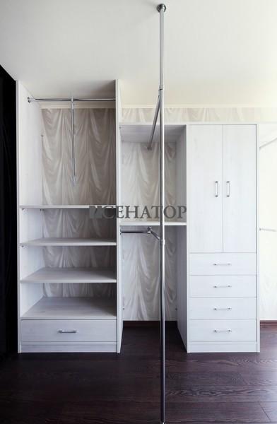 гардероб с вертикальной стойкой от пола до потолка