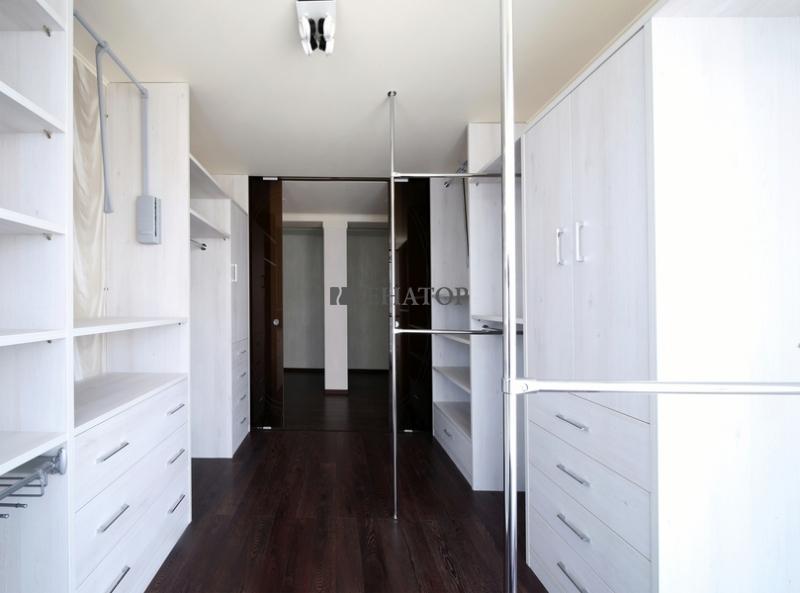 Гардеробная комната за раздвижными дверьми