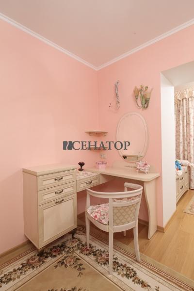кабинет и туалетный столик для девочки