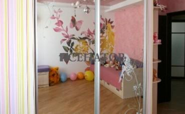 Шкаф в детскую комнату с рисунком на зеркале