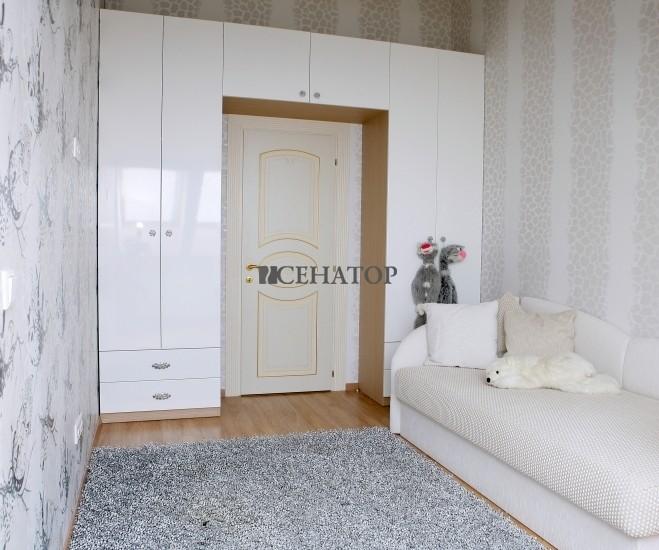 П-образный встроенный шкаф в детскую комнату