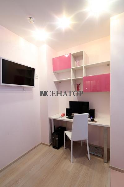 Мини-кабинет с ярко-розовыми элементами