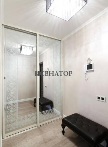 Шкаф-купе с узорчатым зеркалом для прихожей