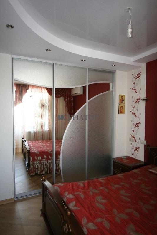 Шкаф-купе в спальне с белыми стенами