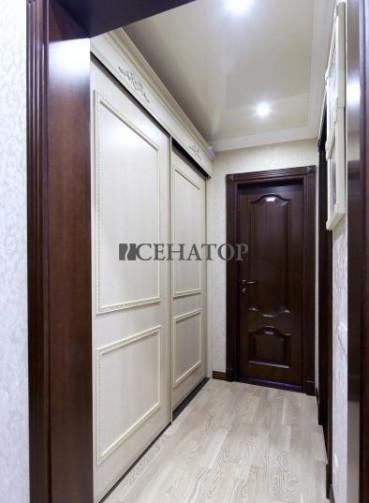 Шкаф-купе в классическом стиле для узкого коридора