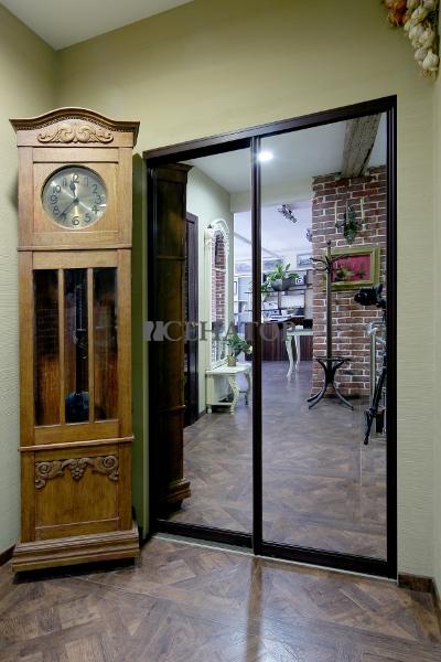 Встроенный зеркальный шкаф-купе для офиса
