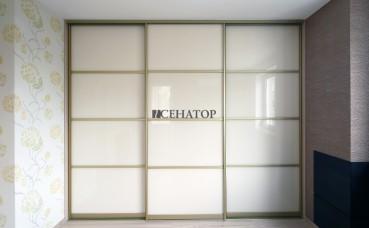 Шкаф-купе со стеклом и горизонтальным делителем