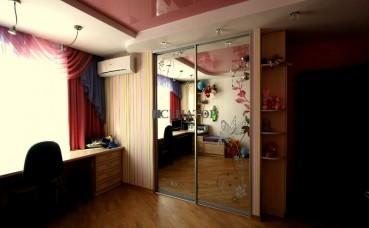 Двухстворчатый зеркальный шкаф-купе в комнату для девочки
