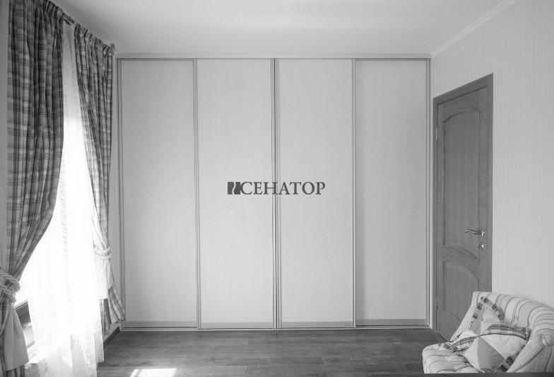 Четырехстворчатый шкаф-купе для комнаты