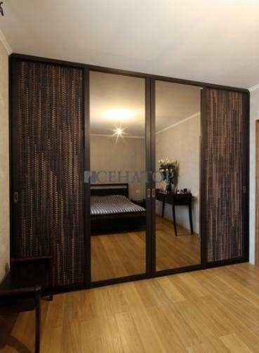 Шкаф-купе с ротангом и центральными зеркальными створками