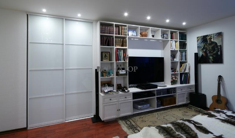 Современная стенка в спальной комнате  со шкафом