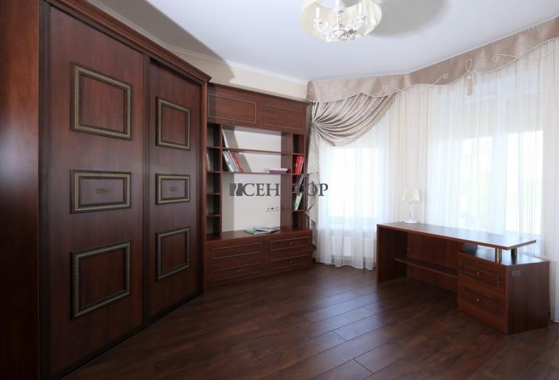 Угловой шкаф-купе в детскую комнату в классическом стиле