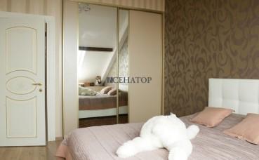 Двухстворчатый шкаф с вертикальным делителем в спальную комнату