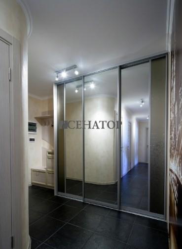 Большой трехдверный встроенный зеркальный шкаф в коридоре.