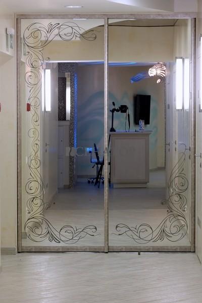 Двери-купе с рисунком на зеркале