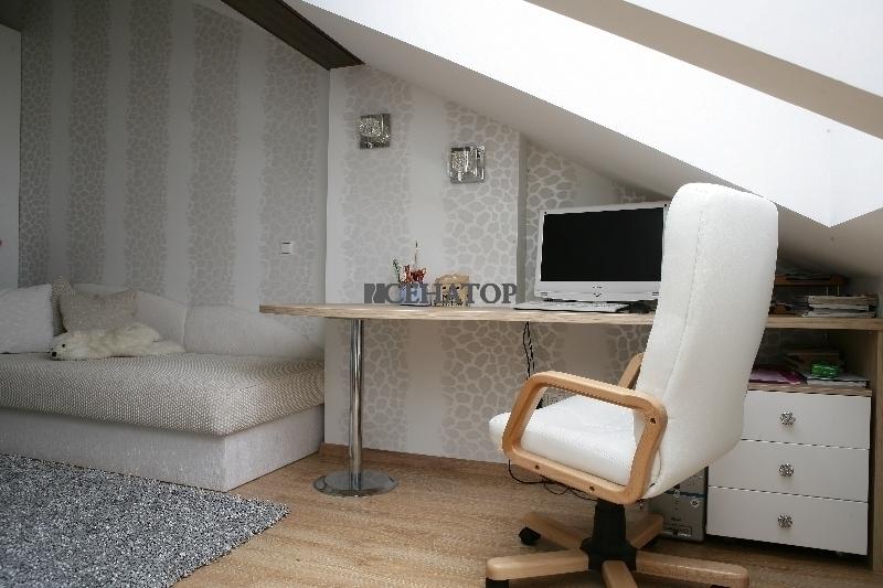 Компьютерный стол с тумбой для ребенка в мансардной комнате