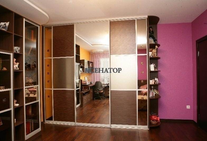 трехстворчатый шкаф-купе с центральным зеркалом в детскую комнату