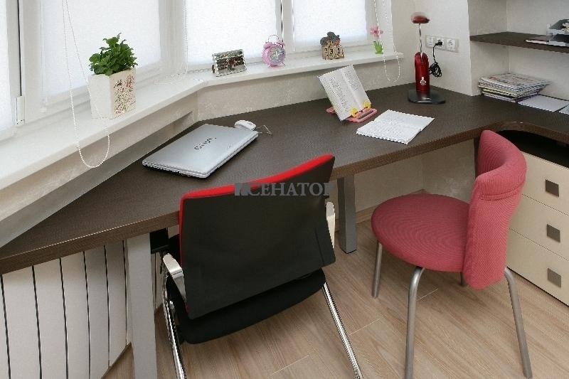 Рабочий стол для подростка на балконе