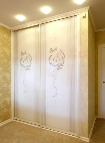 2-dvernyi_shkaf-kupe_so_strazami_na_stekle