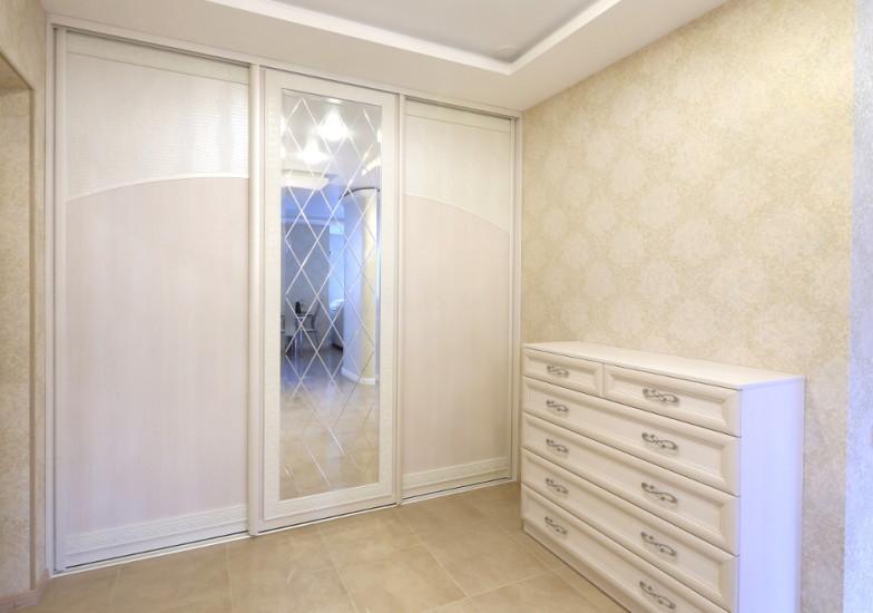 трехстворчатый шкаф с центральным зеркалом