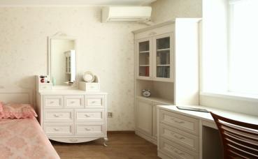 tualetnyi_stolik_i_knizhnyi_shkaf_v_stile_provans_v_spalnuyu_komnatu