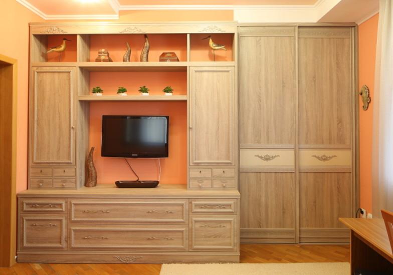 мебельная стенка и двустворчатый шкаф-купе с вензелями на створках