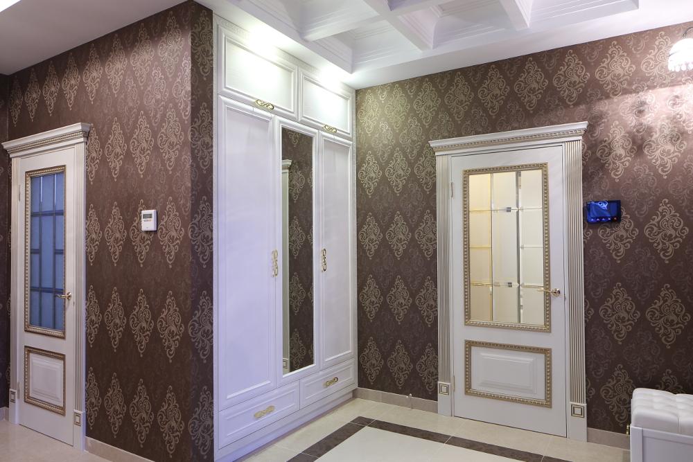Встроенный распашной шкаф в классическом стиле