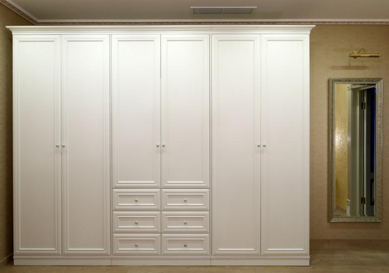 Классика в светлых тонах – шестистворчатый шкаф для спальни