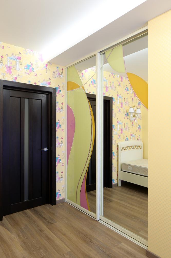 Шкаф-купе в детскую комнату с фантазийным рисунком