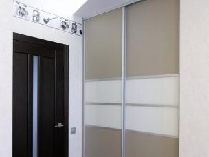 Встроенный  шкаф-купе с рисунком на зеркале