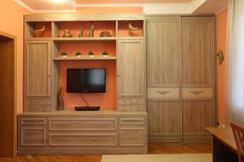 Двухстворчатый  шкаф с горизонтальным делением