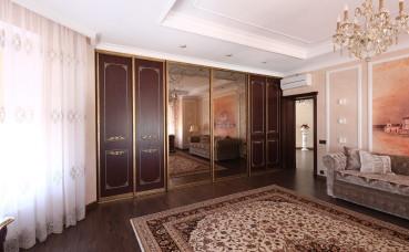 Четырехстворчатый шкаф в классическом стиле