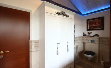 Трех-створчатый отдельностоящий шкаф в ванную комнату на мансарде