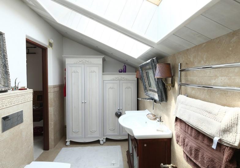 Шкаф в ванной на мансарде