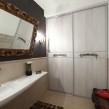 встроенный в нишу шкаф-купе в ванной комнате_0