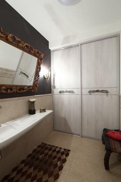 Встроенный в нишу шкаф-купе в ванной комнате