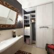 встроенный в нишу шкаф-купе в ванной комнате_2