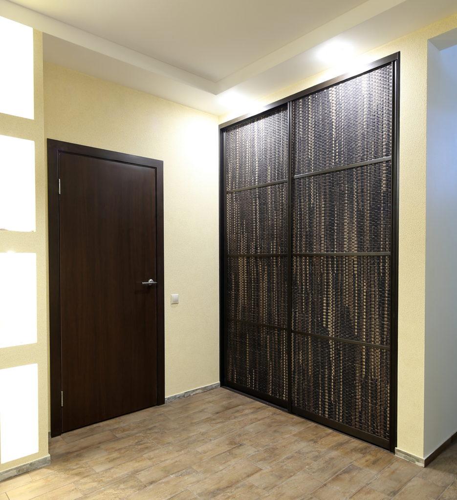 Фасады дверей шкафа-купе из ротанга и бамбука