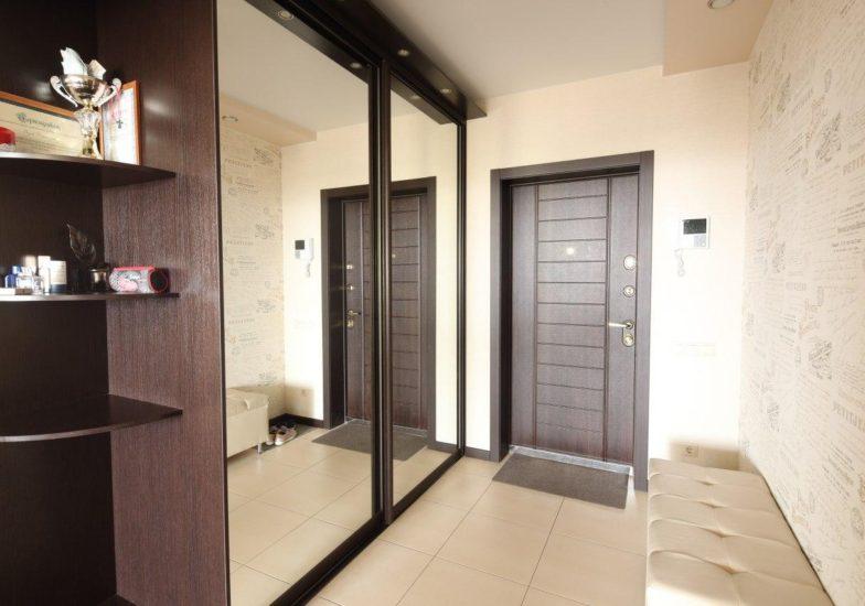 Зеркальный двух-дверный шкаф в прихожей комнате