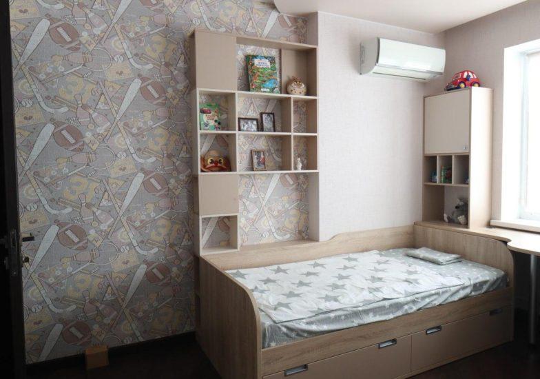 Детская кровать и встроенные стеллажи